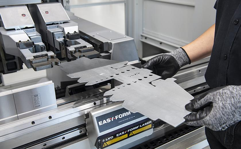 ToolCell XT features the Easy-Form Laser adaptive bending system